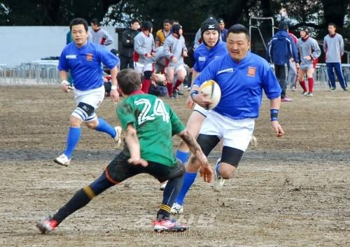 힘차게 전진하는 가나가와투구단 선수