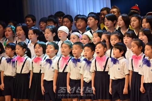 우리학교에 대한 긍지와 자부심을 노래하는 도꾜제4초중 학생들(12월 2일, 학사이전 30돐행사에서)