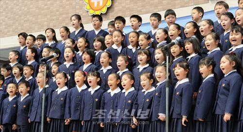새 교사에서 배우는 기쁨을 노래하는 도꾜제1초중 학생들(준공축하모임에서)