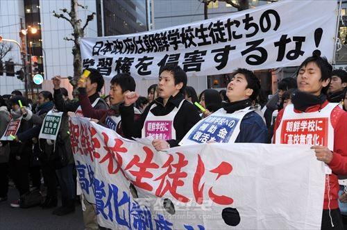 조대생이 주관한 올해 마지막의 《금요행동》(12월 12일, 문과성앞)에서는 1000명의 참가자들이 항의의 목소리를 올렸다.
