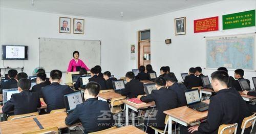 모란봉제1중학교는 교육환경과 교수과정을 정보화하는데서 앞장에 서고있다