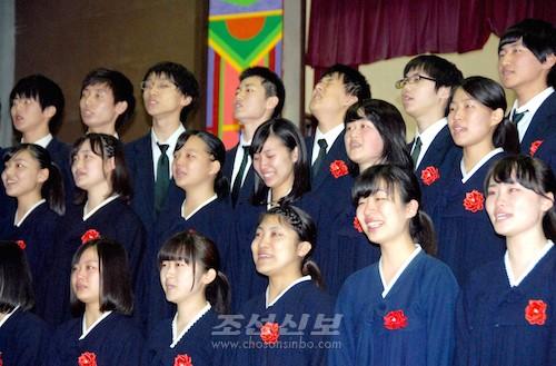 교또조고 졸업공연에서 졸업생들이 피로한 합창 《58기의 노래》(사진 고영준기자)