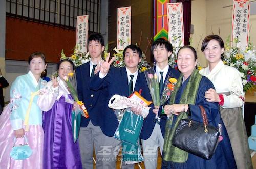 교또조고 축복을 받으며 졸업하게된 졸업생들(사진 고영준기자)