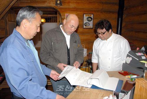 동포방문담화사업을 벌리는 총련가고시마현본부 리청민위원장(왼쪽)과 김명덕부위원장(가운데)