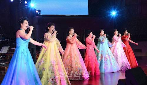 전혜영(가운데)을 비롯한 보천보전자악단의 가수들도 출연하였다.(조선중앙통신)