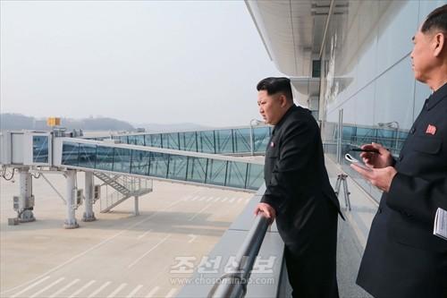 김정은원수님께서 완공단계에 이른 평양국제비행장 2항공역사건설장을 현지지도하시였다.(조선중앙통신)
