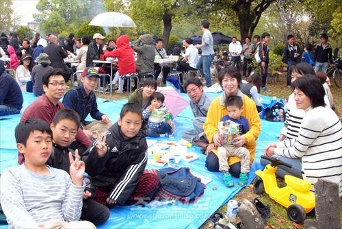고이와분회가 주최한 바베큐모임은 동포들의 기쁨과 웃음이 넘쳤다.