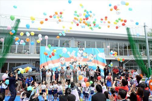 600여명으로 흥성거린 새 교사 준공식에서는 동포들의 기쁨의 목소리가 울려퍼졌다.