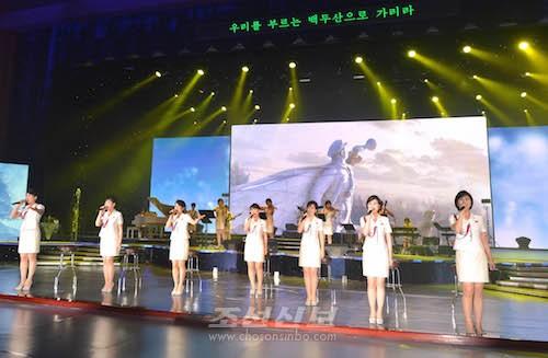 -조선인민군 제5차 훈련일군대회 참가자들을 위한 모란봉악단공연(조선중앙통신)