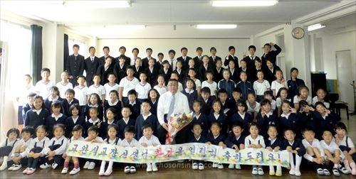 고완식교장과 학생들이 기념사진을 찍었다.