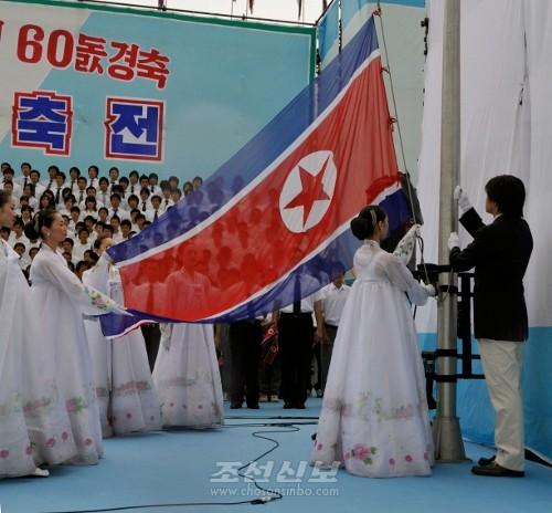 무대에서는 국기게양이 진행되고 다채로운 연목들이 피로된다.