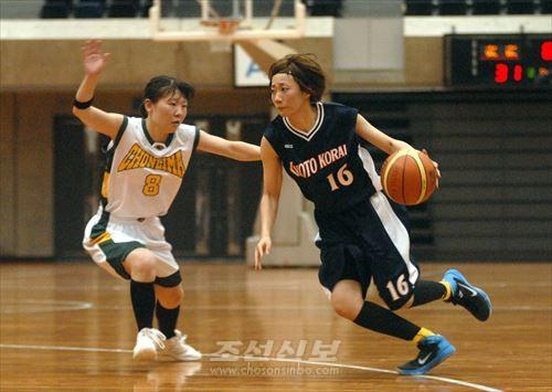 도꾜(왼쪽)와 교또가 대전한 녀자결승전