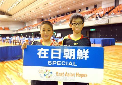 동아시아호프스탁구대회에 특별참가한 이꾸노초급 고료생(왼쪽), 김수행선수