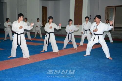 각지 조선중고급학교 및 조대공수부학생들의 공동강화훈련이 진행되였다.(사진 김숙미기자)
