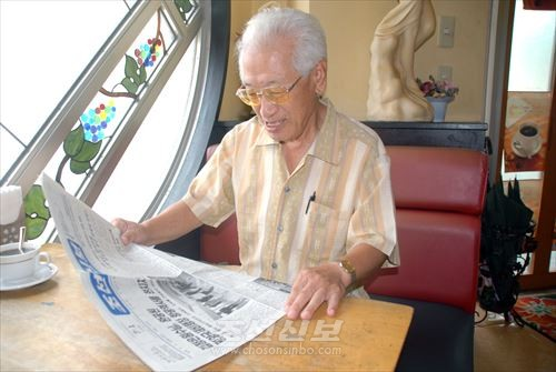 오끼나와현에서 유일하게 《조선신보》를 구독하고있는 김수섭씨