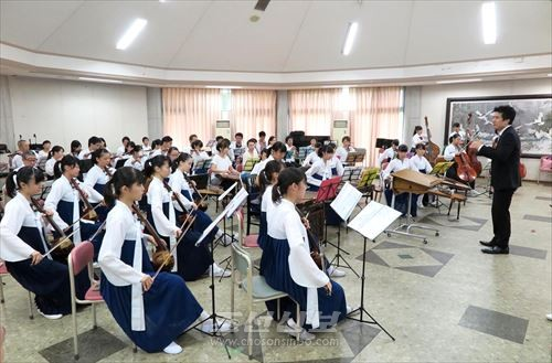 전문가, 애호가, 학생들이 함께 출연한 민족기악연주회
