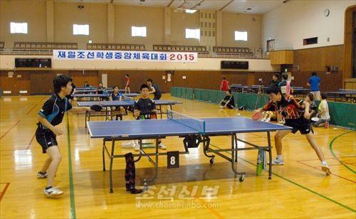 가나가와 전대성선수(왼쪽)와 히가시오사까 홍세경선수가 대전한 단식전 중급부 남자결승경기