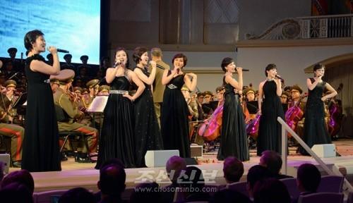 새로 조직된 청봉악단의 노래도 절찬을 받았다.(조선중앙통신)