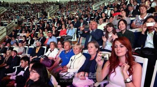 모스크바의 각계층시민들이 환담하였다.(조선중앙통신)