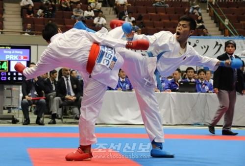 조선선수로서 처음으로 《一本勝》을 한 강성지선수(오른쪽)