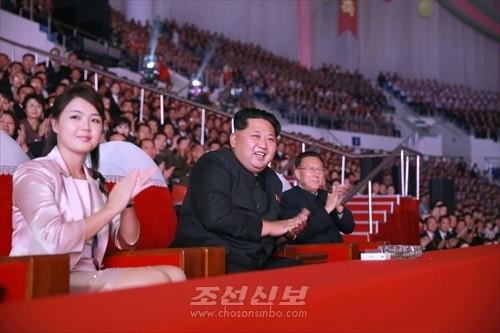 김정은원수님께서 조선로동당창건 70돐경축 공훈국가합창단과 모란봉악단의 합동공연을 관람하시였다.(조선중앙통신)