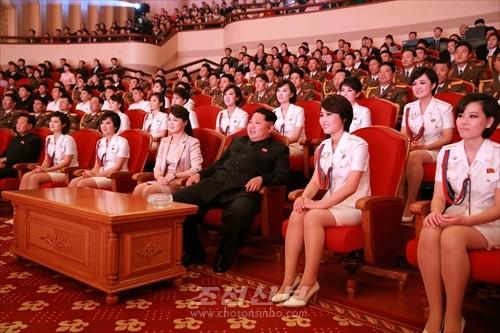 김정은원수님께서 조선로동당창건 70돐경축 청봉악단의 공연을 관람하시였다.(조선중앙통신)