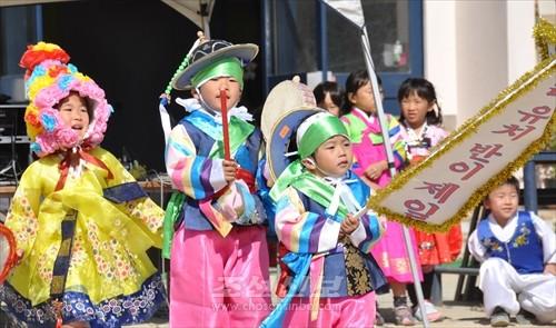 운동회가 끝난 다음 진행된 교류모임에서는 나라유치반 원아, 토요아동교실 어린이, 조청원들의 춤이 피로되였다.