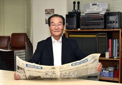 오늘도 《조선신보》를 애독하고있는 송암우고문(촬영 로금순기자)
