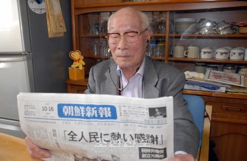 매일처럼 《조선신보》를 읽고있다.