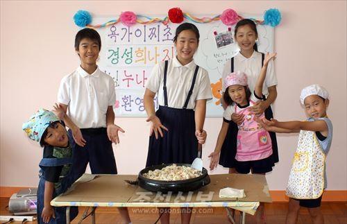 료리를 함께 만든 욕가이찌초중 초급부 6학년생들과 나라초중 유치반 원아들