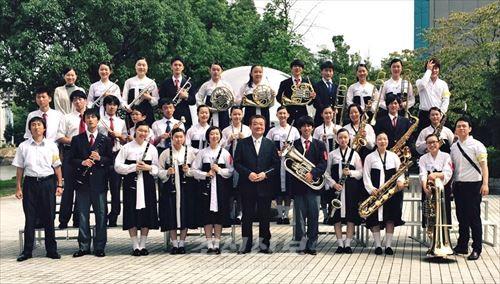 쥬고꾸대회 고등학교부문에서 은상을 쟁취한 히로시마초중고 중고급부 취주악부 부원과 관계자들