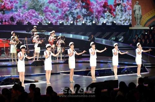 조선로동당창건 70돐경축 공훈국가합창단과 모란봉악단의 합동공연이 11일 류경정주영체육관에서 진행되였다.(조선중앙통신)