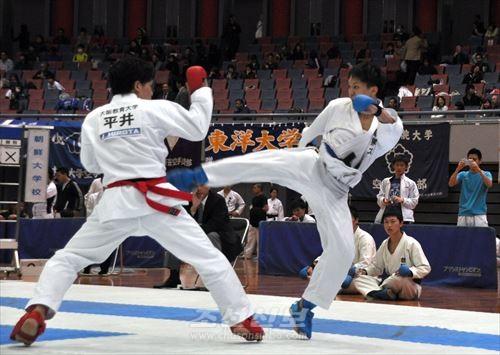처음으로 출전한 《전국》의 무대에서 과감히 공격을 들이대는 조대 가라데부 선수(오른쪽)