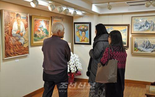 회장에는 조선의 풍경화를 비롯한 61작품이 전람되였다.