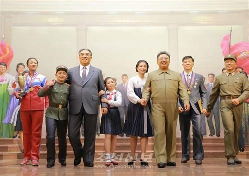 김정은원수님께서 새로 건설된 청년운동사적관을 현지지도하시였다.(조선중앙통신)