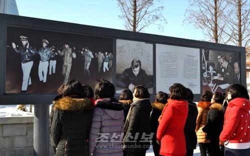 조국해방전쟁승리기념관에서 사건의 경위에 관한 해설판을 보는 시민들(조선중앙통신)