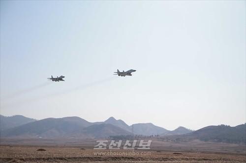 김정은원수님께서 조선인민군항공 및 반항공군 전투비행사들의 검열비행훈련을 보시였다.(조선중앙통신)