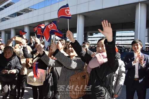 25일, 간사이국제공항에 도착한 선수단을 열렬히 환영하는 동포들