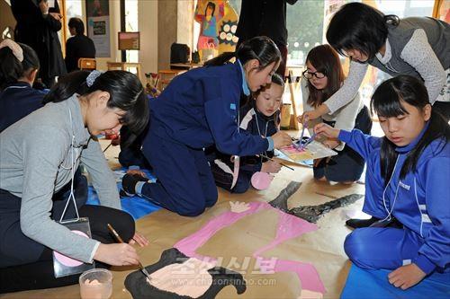 공동제작을 하는 조일어린이들의모습