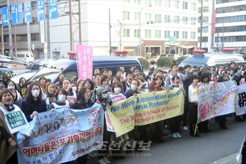 문과성앞에 1,200여명의 동포, 일본인사들이 모여들어 항의의 목소리를 올렸다.