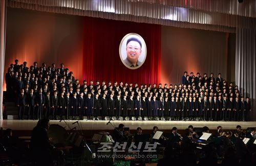 합창 영생불멸의 혁명송가 《김정일장군의 노래》(사진은 모두 로금순기자 촬영)