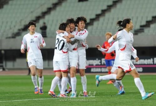 동점꼴을 기록하여 김운주선수와 기쁨을 나누는 선수들(사진 로금순기자)
