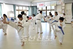 권도훈련을 즐긴 도호꾸초중 학생들