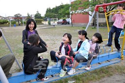 니이가다초중 학생들과 함께 오래간만에 밖에서 뛰노는 후꾸시마초중 학생들