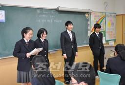 학생들과 함께 발표무대에 서는 리교원