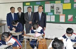 허종만책임부의장이 학생들이 합동수업을 받는 교실들을 돌아보았다.