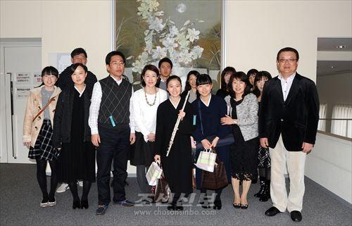 《전국》대회에 출연한 히로시마초중고 취주악부 두 학생(가운데)과 가족, 관계자들