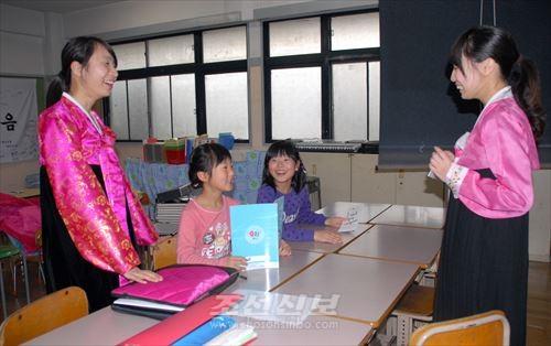 처음으로 교실에서 진행된 수업에서는 웃음소리가 가득찼다.