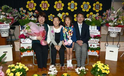 리형주어린이(오른쪽에서 2번째)와 가족(사진제공=나라조선유치반)