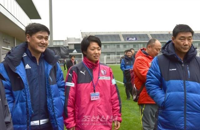 조선녀자축구팀의 훈련을 보는 리성아학생(가운데)